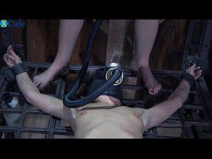 Een perverse paar martelingen ingetogen teef in gas